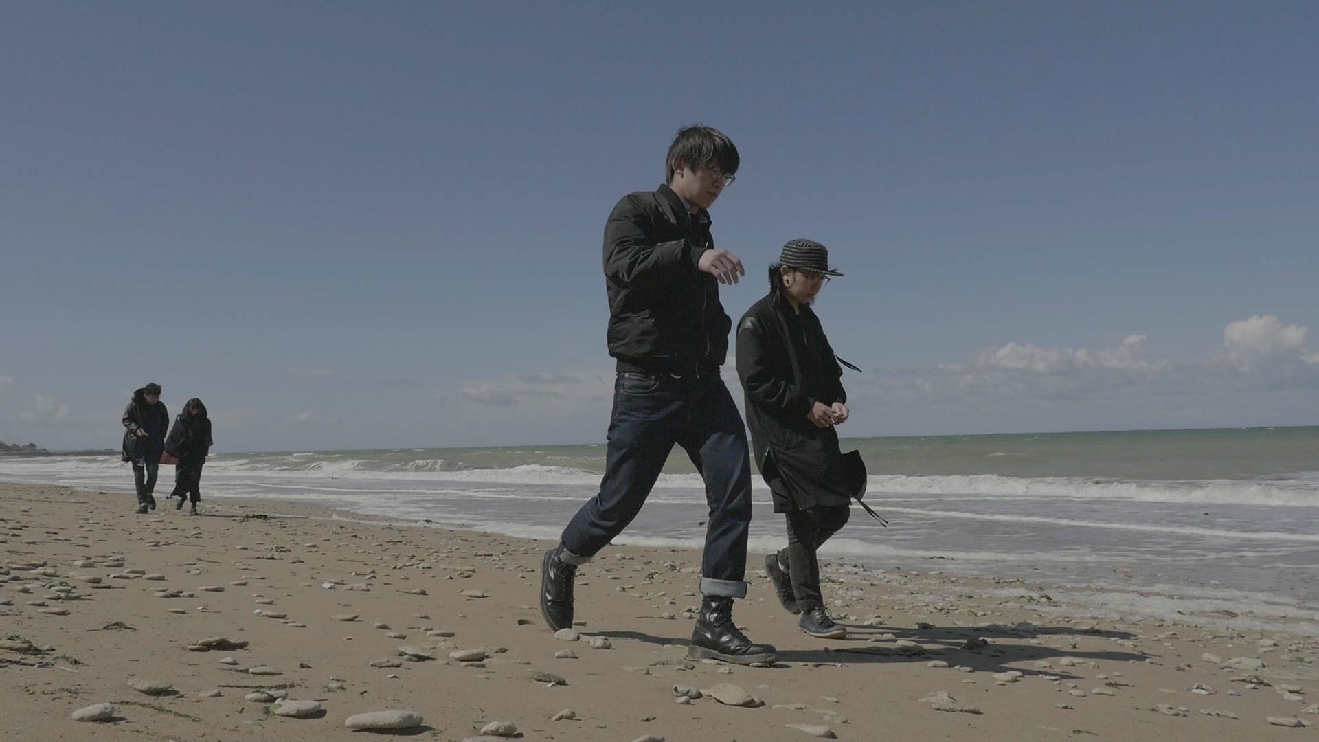 Chui Wan marche sur le sable